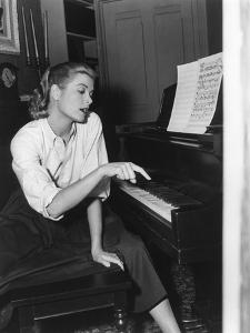 REAR WINDOW, 1954 directed by ALFRED HITCHCOCK On the set, Grace Kelly (b/w photo)
