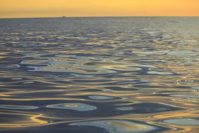 https://imgc.artprintimages.com/img/print/reflections-and-ripples-on-ocean-water-hulopo-e-bay-lanai-hawaii_u-l-q1gc8ej0.jpg?p=0