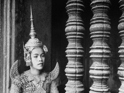 https://imgc.artprintimages.com/img/print/religious-dancer-at-temple-of-angkor-wat-wearing-richly-embroidered-and-ornamented-costumes_u-l-p6yogs0.jpg?p=0