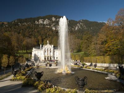 Linderhof Castle with Fountain in Pond and Alps Behind, Bavaria, Germany, Europe