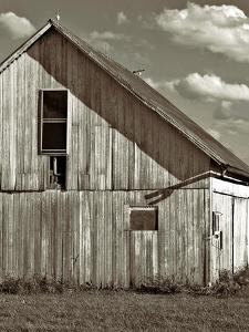 An Old Timber Barn in Ohio by Rip Smith