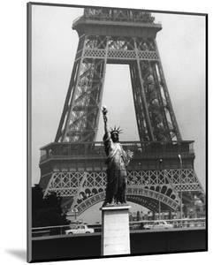 La Tour Eiffel En Liberté, 1969 by Robert Doisneau