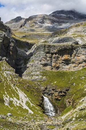 Cola de Caballo waterfall below Monte Perdido at the head of the Ordesa Valley, Ordesa National Par