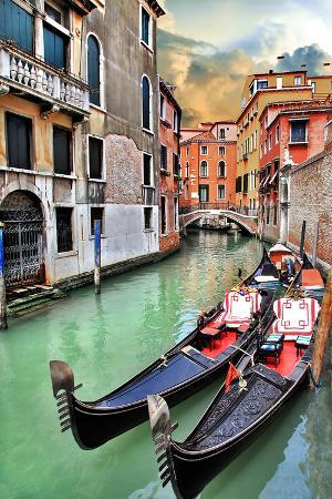 romantic-gondola-venice-scene