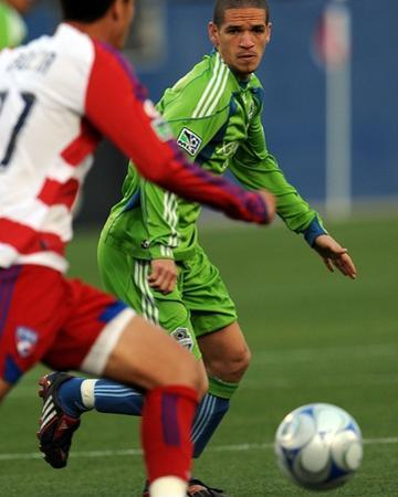 May 16, 2009, Seattle Sounders FC vs FC Dallas - Osvaldo Alonso by Ronald Martinez