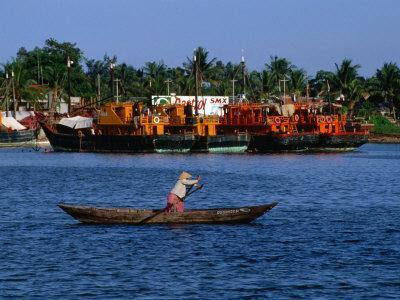 https://imgc.artprintimages.com/img/print/row-boat-crossing-danang-harbour-da-nang-vietnam_u-l-p4cwe10.jpg?artPerspective=n