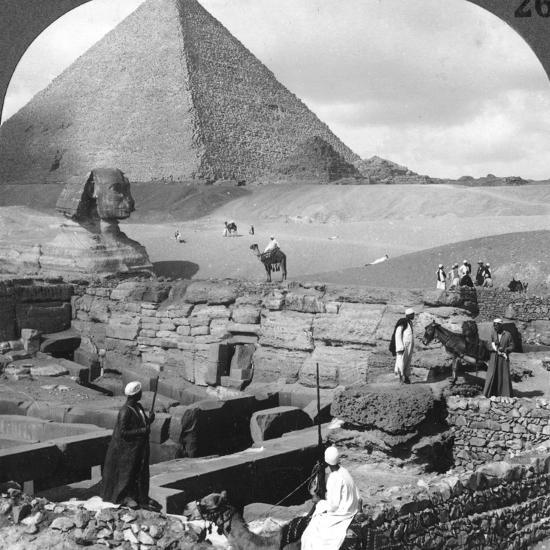 Ruins of the Granite Temple, the Sphinx and Great Pyramid, Egypt, 1905-Underwood & Underwood-Photographic Print