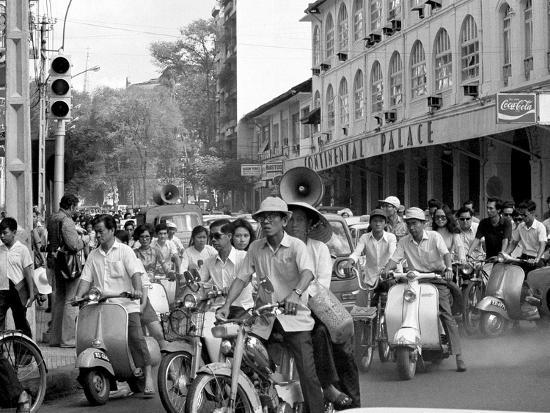 Saigon Curfew 1975-Nick Ut-Photographic Print