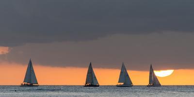 https://imgc.artprintimages.com/img/print/sailboats-in-the-ocean-at-sunset-waikiki-honolulu-oahu-hawaii-usa_u-l-q13fawh0.jpg?p=0