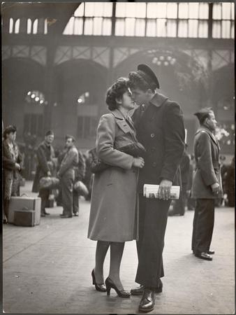 https://imgc.artprintimages.com/img/print/sailor-kissing-his-girlfriend-goodbye-before-returning-to-duty-pennsylvania-station_u-l-p448k00.jpg?p=0