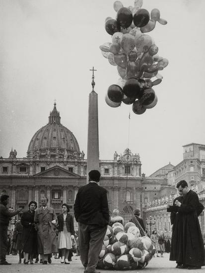 Sale of Balloons in Front of St. Peter's Basilica at the Vatican-Luigi Leoni-Photographic Print
