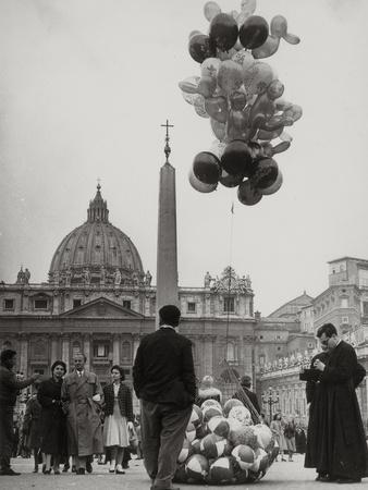 https://imgc.artprintimages.com/img/print/sale-of-balloons-in-front-of-st-peter-s-basilica-at-the-vatican_u-l-q10tm8b0.jpg?p=0