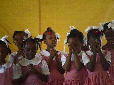 https://imgc.artprintimages.com/img/print/school-girls-pray-before-class-at-the-sacred-heart-of-turgeau-school-in-port-au-prince_u-l-q10oss60.jpg?p=0