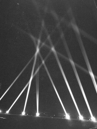 https://imgc.artprintimages.com/img/print/searchlights-being-used-along-the-panama-canal-as-an-anti-aircraft-defense_u-l-p730ki0.jpg?artPerspective=n
