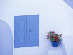 Architectural Detail of Blue and White House, with Pot of Geraniums, Oia (Ia), Aegean Sea, Greece by Sergio Pitamitz