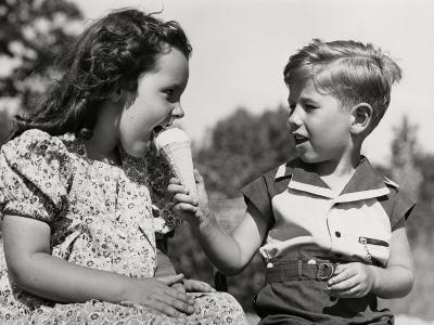 Sharing Ice-Cream-H^ Armstrong Roberts-Photographic Print