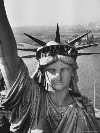 https://imgc.artprintimages.com/img/print/sightseers-hanging-out-windows-in-crown-of-statue-of-liberty-with-nj-shore-in-the-background_u-l-p445hp0.jpg?artPerspective=n