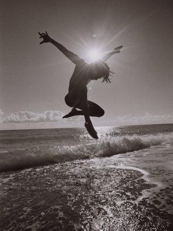 https://imgc.artprintimages.com/img/print/silhouette-of-dancer-jumping-over-atlantic-ocean_u-l-pxyt080.jpg?p=0