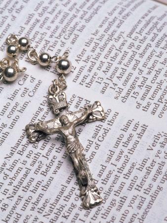 https://imgc.artprintimages.com/img/print/silver-crucifix-lying-on-open-bible_u-l-p3gueq0.jpg?p=0