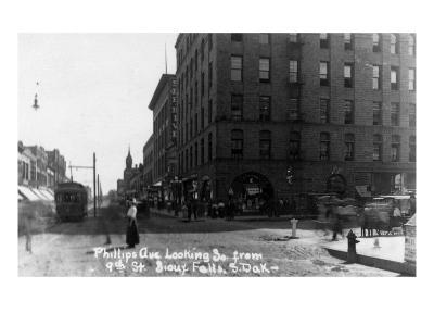Sioux Falls, South Dakota - Southern View down Phillips Ave from 9th Street-Lantern Press-Art Print
