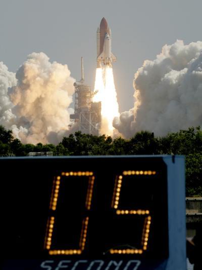 Space Shuttle Discovery-Marta Lavandier-Photographic Print