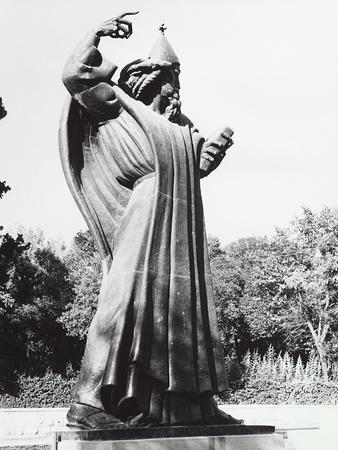 https://imgc.artprintimages.com/img/print/statue-of-a-saint-in-split_u-l-q10tn6z0.jpg?p=0
