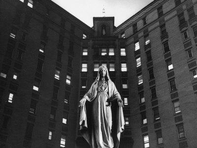https://imgc.artprintimages.com/img/print/statue-of-mary-in-front-of-catholic-hospital-in-chicago-symbolizing-mother-of-mercy_u-l-p440880.jpg?p=0