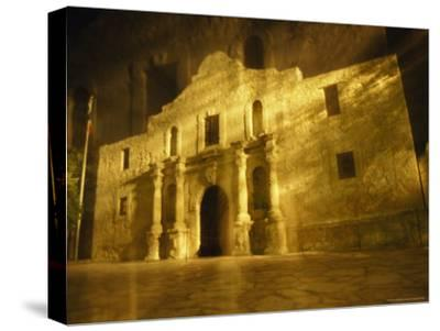 Night Time-Exposed Zoom Gives Haunting View of Texas' Historic Alamo