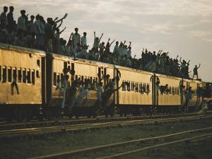 Famine refugees crowd aboard a train bound for the capital, Dacca by Steve Raymer