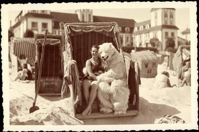 Strandleben, Strandkorb, Eisbärenkostüm, Frau in Badeanzug--Giclee Print