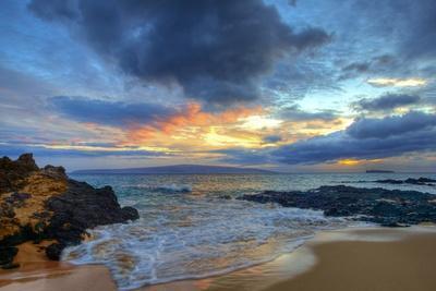 https://imgc.artprintimages.com/img/print/sunset-over-secret-beach-at-makena-on-maui_u-l-pznx9u0.jpg?p=0