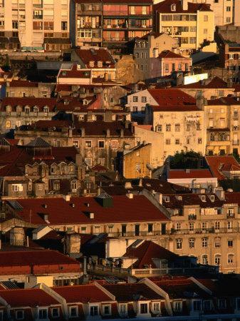 https://imgc.artprintimages.com/img/print/sunset-view-of-houses-packed-in-below-castelo-de-sao-jorge-castelo-lisbon-portugal_u-l-p3tbk30.jpg?p=0
