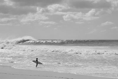 https://imgc.artprintimages.com/img/print/surfer-standing-on-the-beach-north-shore-oahu-hawaii-usa_u-l-q1blrem0.jpg?p=0