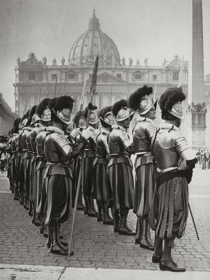 Swiss Guards at San Pietro, Vatican-Luigi Leoni-Photographic Print