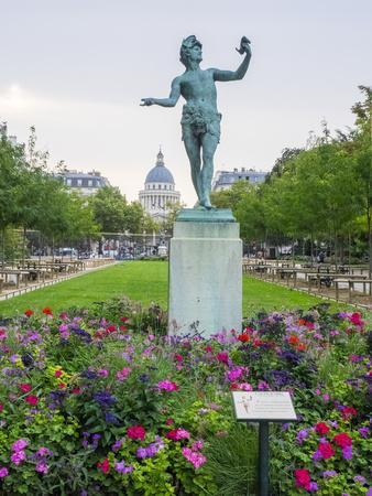 Jardin Du Luxembourg and statue