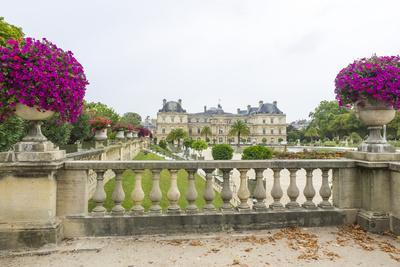 Jardin Du Luxembourg with Palace du Luxembourg with formal garden