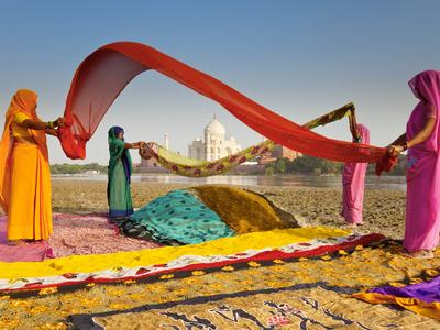 https://imgc.artprintimages.com/img/print/taj-mahal-unesco-world-heritage-site-across-yamuna-river-women-drying-colourful-saris-agra-utt_u-l-pfxnsp0.jpg?p=0