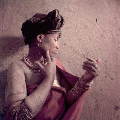 https://imgc.artprintimages.com/img/print/tembu-tribeswoman-applies-make-up-made-from-raw-ochre-trankeian-native-territories-africa-1950_u-l-q130tzo0.jpg?p=0
