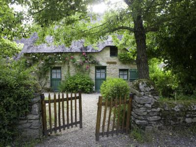 https://imgc.artprintimages.com/img/print/thatched-cottage-with-green-doors-in-restored-village-of-kerhinet-briere-national-park_u-l-pxtlrk0.jpg?p=0