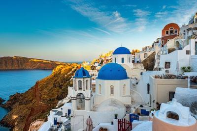 https://imgc.artprintimages.com/img/print/the-famous-blue-and-white-city-oia-santorini_u-l-q103y3h0.jpg?artPerspective=n