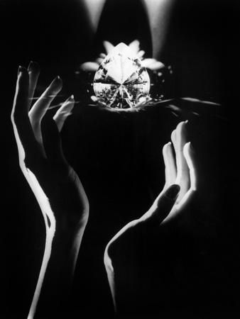 https://imgc.artprintimages.com/img/print/the-famous-diamond-louis-cartier-assured-for-5-million-new-york-december-14-1976_u-l-pwgkt70.jpg?artPerspective=n