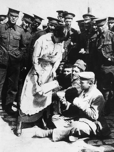 The Images Shows a French Lady Who Assists Some Wounded German Prisoners, Sitting on the Ground--Photographic Print