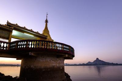 https://imgc.artprintimages.com/img/print/the-shweyinmyaw-pagoda-along-the-than-lwyn-salouen-river-myanmar_u-l-q12s4680.jpg?p=0