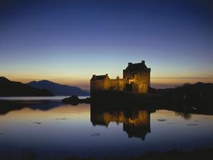 GrovŸbritanien, Schottland, Eilean Donan Castle Mit, Loch Duich Am Abend, Abendstimmung, Burg, See by Thonig