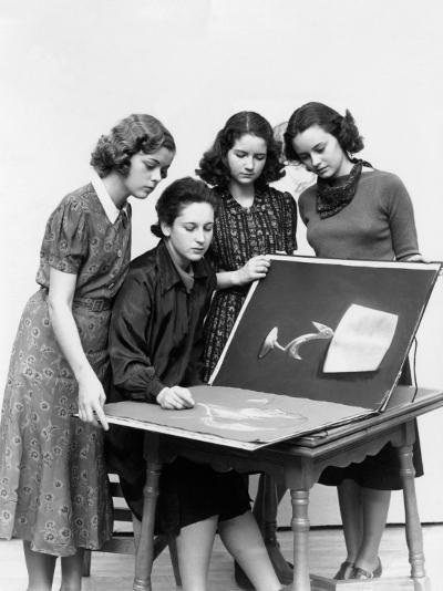Three Young Women Observing As Fourth Sketches-H^ Armstrong Roberts-Photographic Print