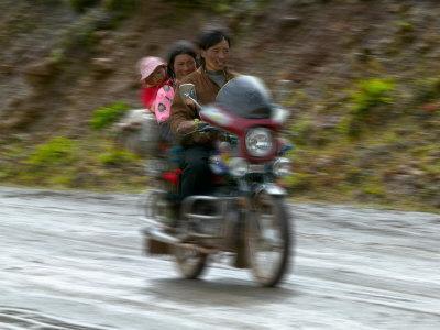 https://imgc.artprintimages.com/img/print/tibetan-family-traveling-on-motorbike-in-the-mountains-east-himalayas-tibet-china_u-l-p58idw0.jpg?p=0