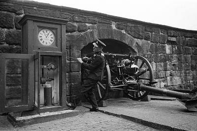 Time Gun at Edinburgh Castle 1945-George Greenwell-Photographic Print