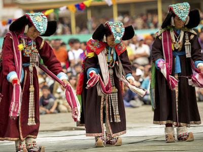 https://imgc.artprintimages.com/img/print/traditional-dances-ladakh-india_u-l-ph9jrv0.jpg?p=0