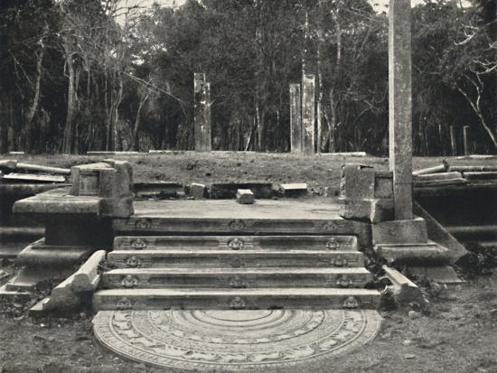 'Treppe mit Darstellung von Erdgeistern, wahrscheinlich Zugang zu einem heiligen Bobaum, Anuradhap-Unknown-Photographic Print