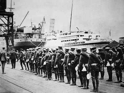 Troops of the British Expeditionary Force Embarking on a Troopship for France, 1914--Photographic Print